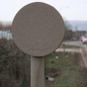 Fotografia unui semn rutier acoperit de cenuşă volantă aflat în apropierea rampei pentru cenuşă volantă din Gloucester, Marea Britanie. Purtătorii de cuvânt ai Guvernului au susţinut în prealabil că cenuşa aeropurtată nu trece dincolo de perimetrul unităţii de depozitare.